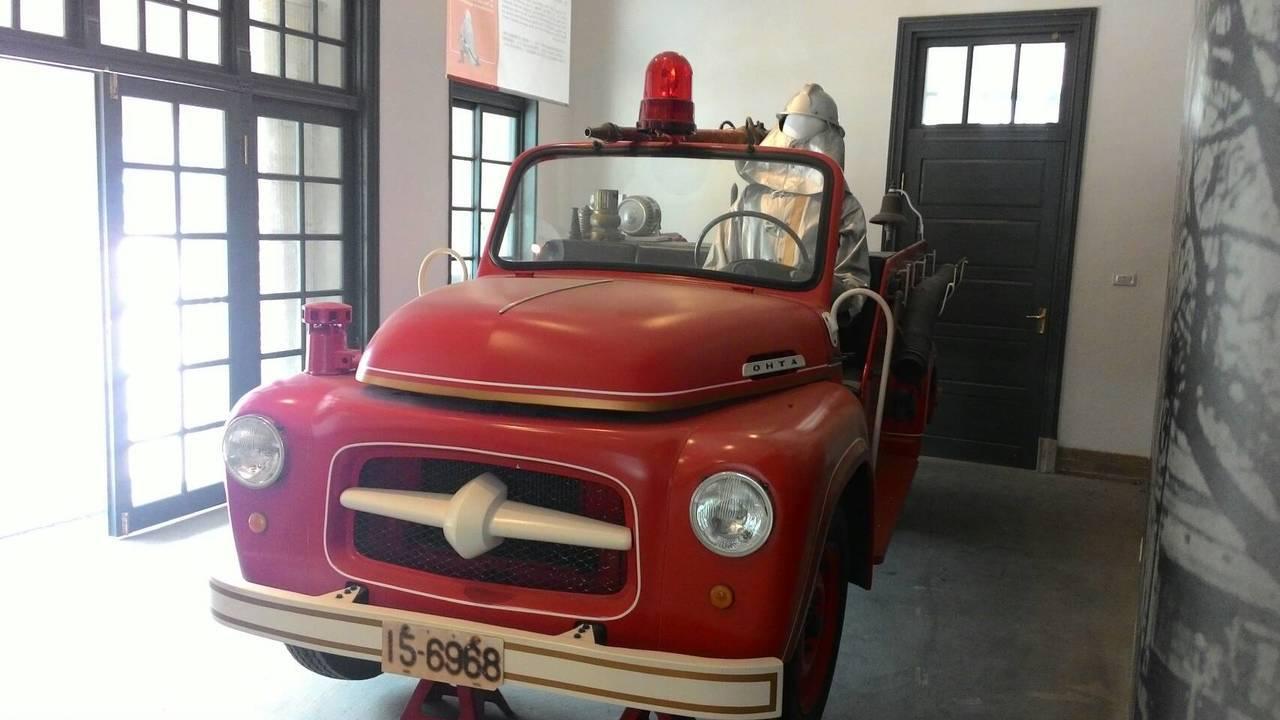 台南消防史料館一樓展出骨董消防車。記者黃宣翰/攝影