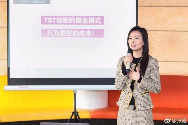 張庭帶大陸媒體參觀公司  圖/摘自微博