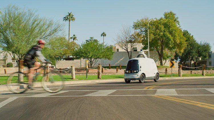 R1以時速40公里在住宅區道路行駛,會避開大馬路和高速公路。取自Nuro網站