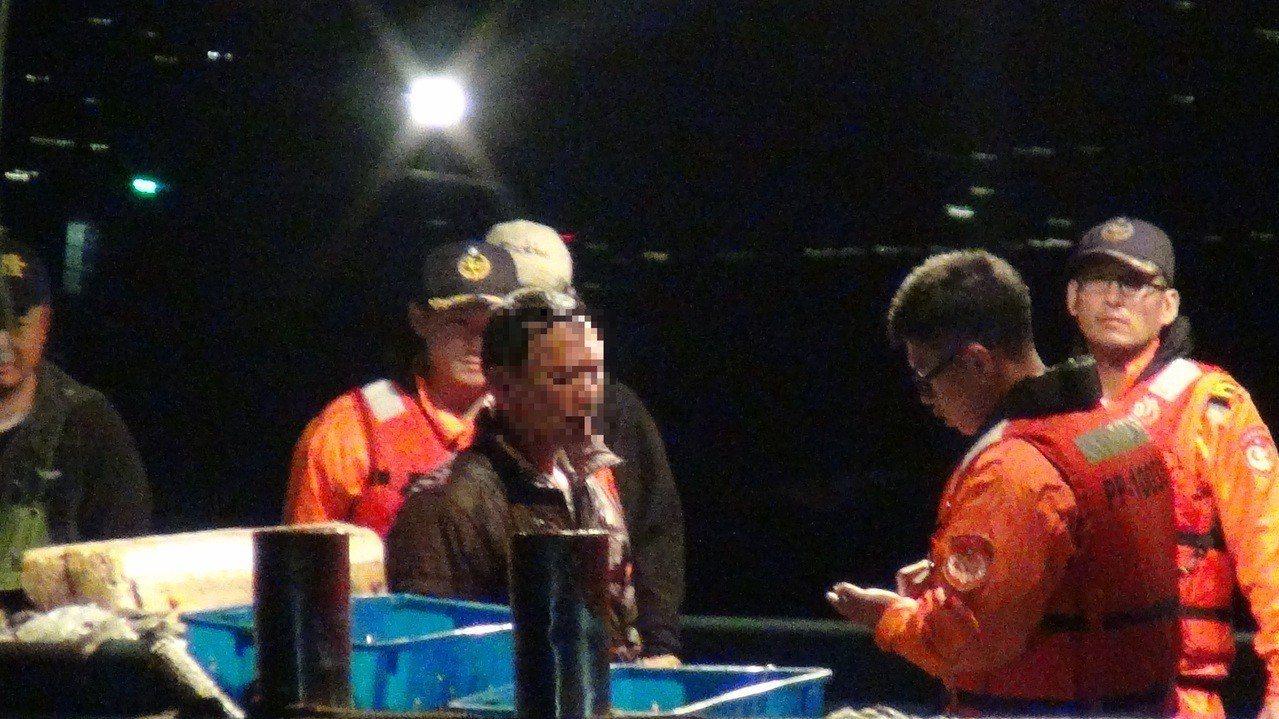 登檢過程中,林姓船長因害怕被開罰,不願配合登檢,逕自關閉油路,讓漁船主機熄火。圖...