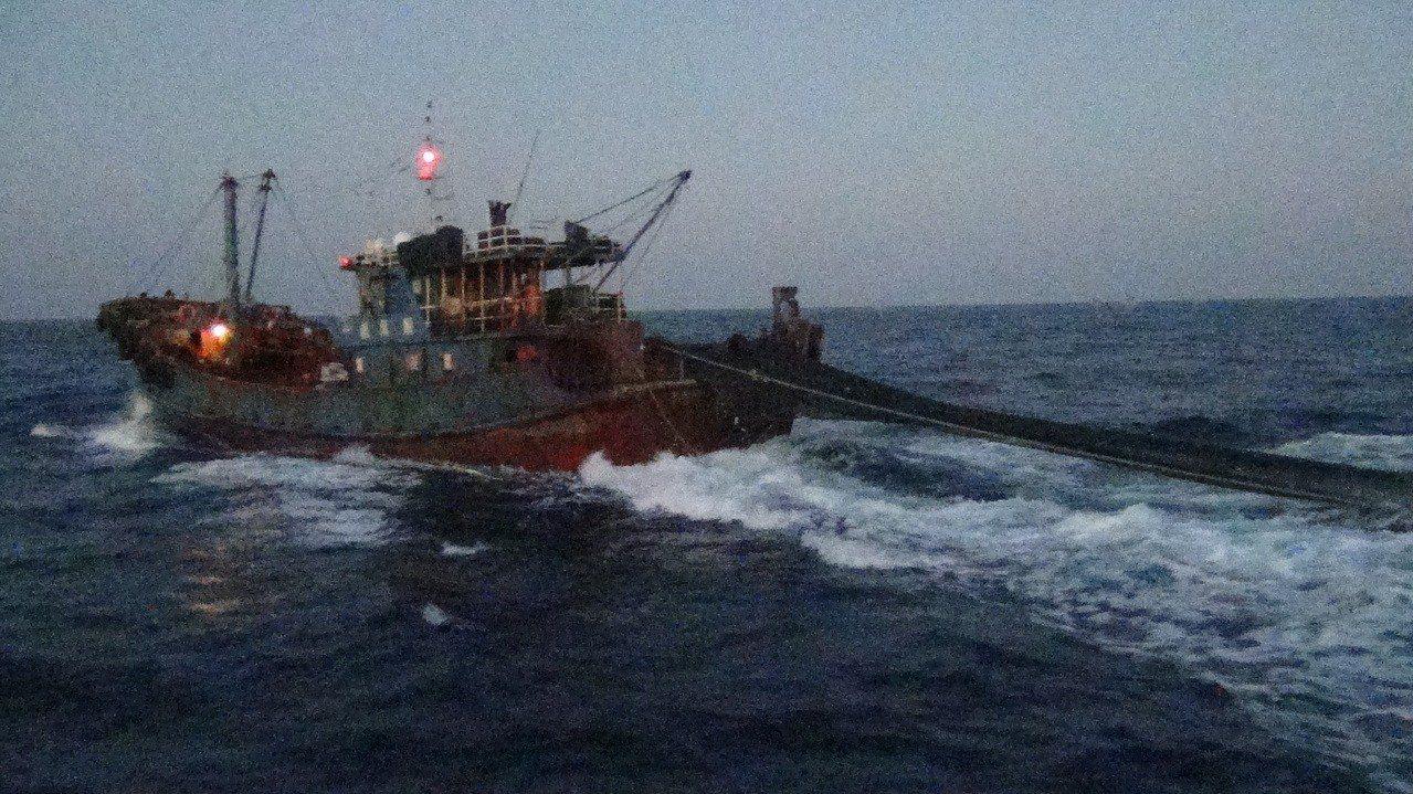 海巡署第二巡防區指揮部昨發現,彭佳嶼東北18.2浬處,疑有大陸籍大型拖網漁船「閩...