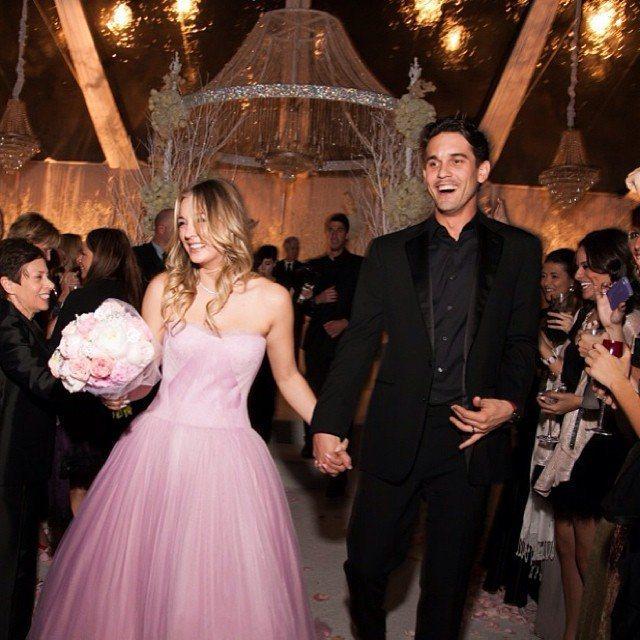 美國女星卡蕾庫奧科(Kaley Cuoco)當年婚禮上第一套禮服選穿Vera W...