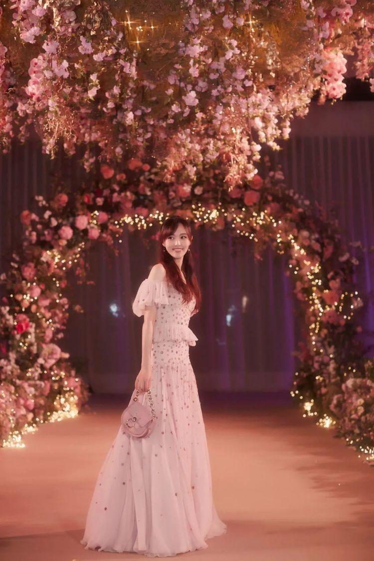 大陸女星唐嫣在今年10月底完婚,婚禮晚宴的粉色真絲歐根紗禮服出自Chloé,復...