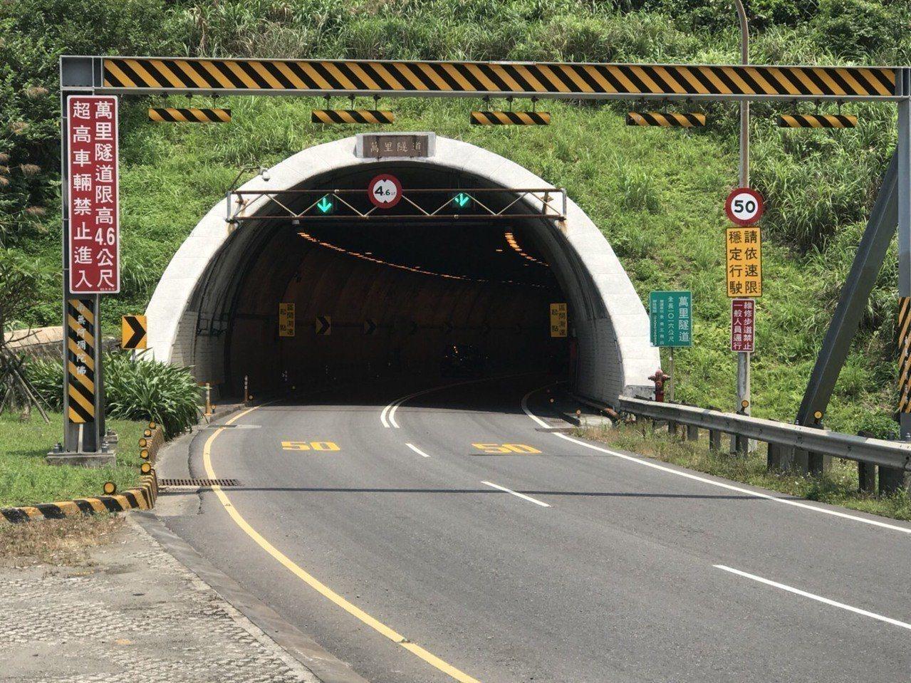 新北市警方在萬里區萬里隧道,實施首創區間平均速率科技執法。記者袁志豪/翻攝