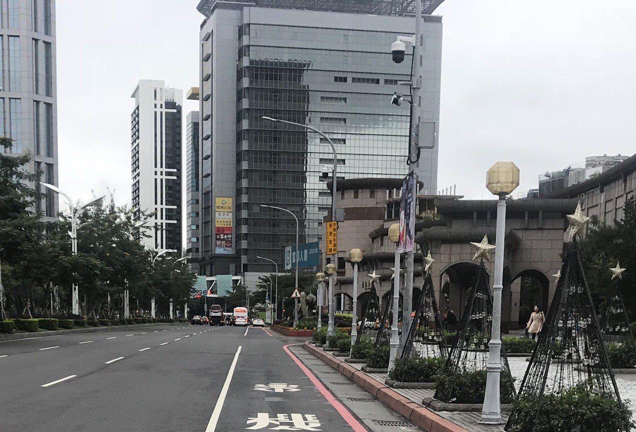 全台首創「違規停車自動偵測執法系統」,設置在板橋車站南側引道,利用雷射偵測及車牌...