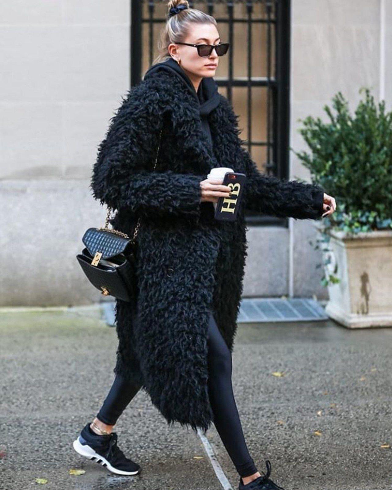 海莉鮑德溫選用黝黑色格紋襯芯小牛皮中型鍊帶包。圖/取自IG