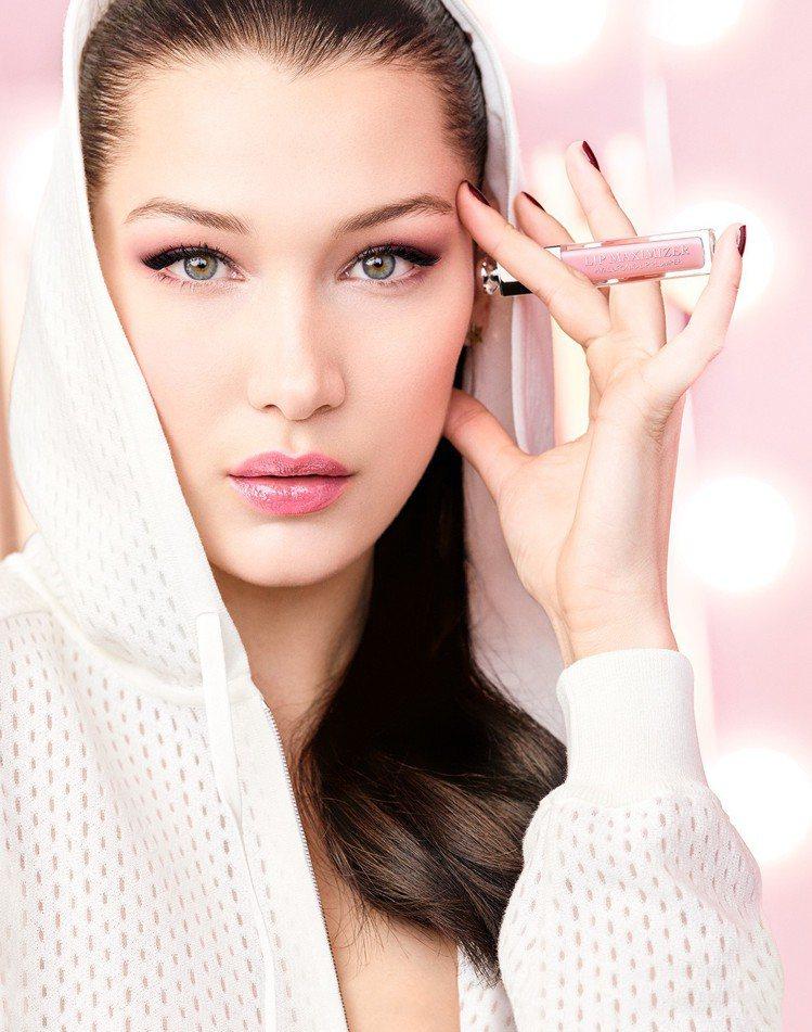 代言人Bella Hadid詮釋全新迪奧癮誘粉漾潤唇膏與迪奧豐漾俏唇蜜。圖/Di...