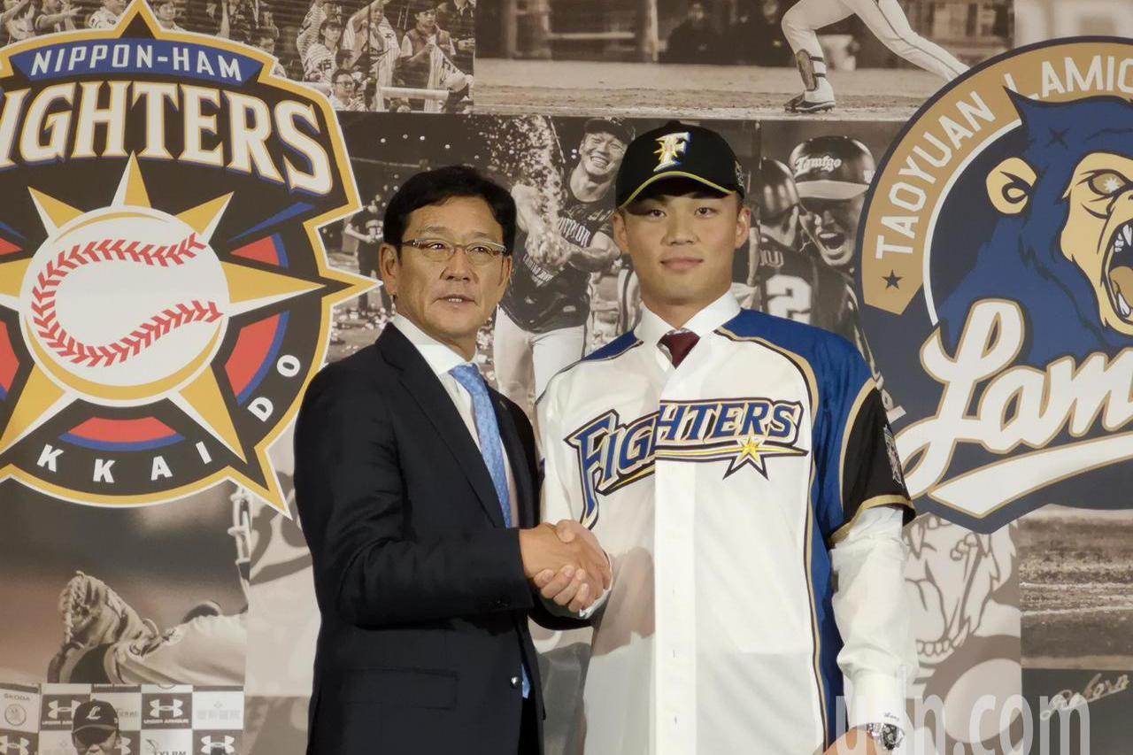 日本火腿隊球衣,總教練栗山英樹正式為王柏融披上日本火腿隊球衣。 報系資料照