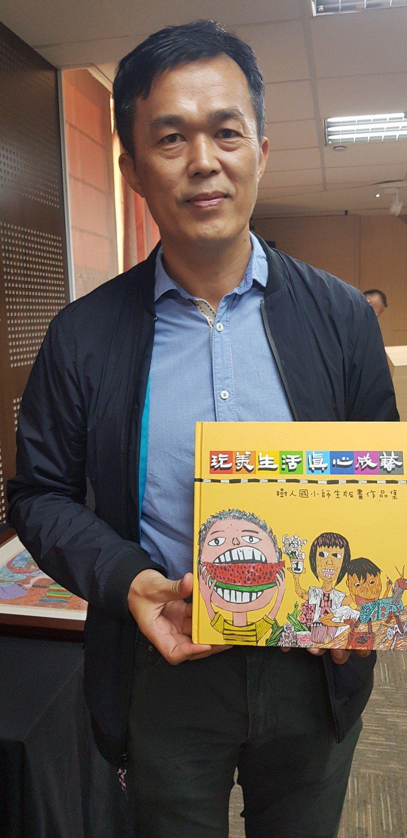 台南後壁國小校長劉裕承與最近剛出版的學生版畫作品集。記者修瑞瑩/攝影