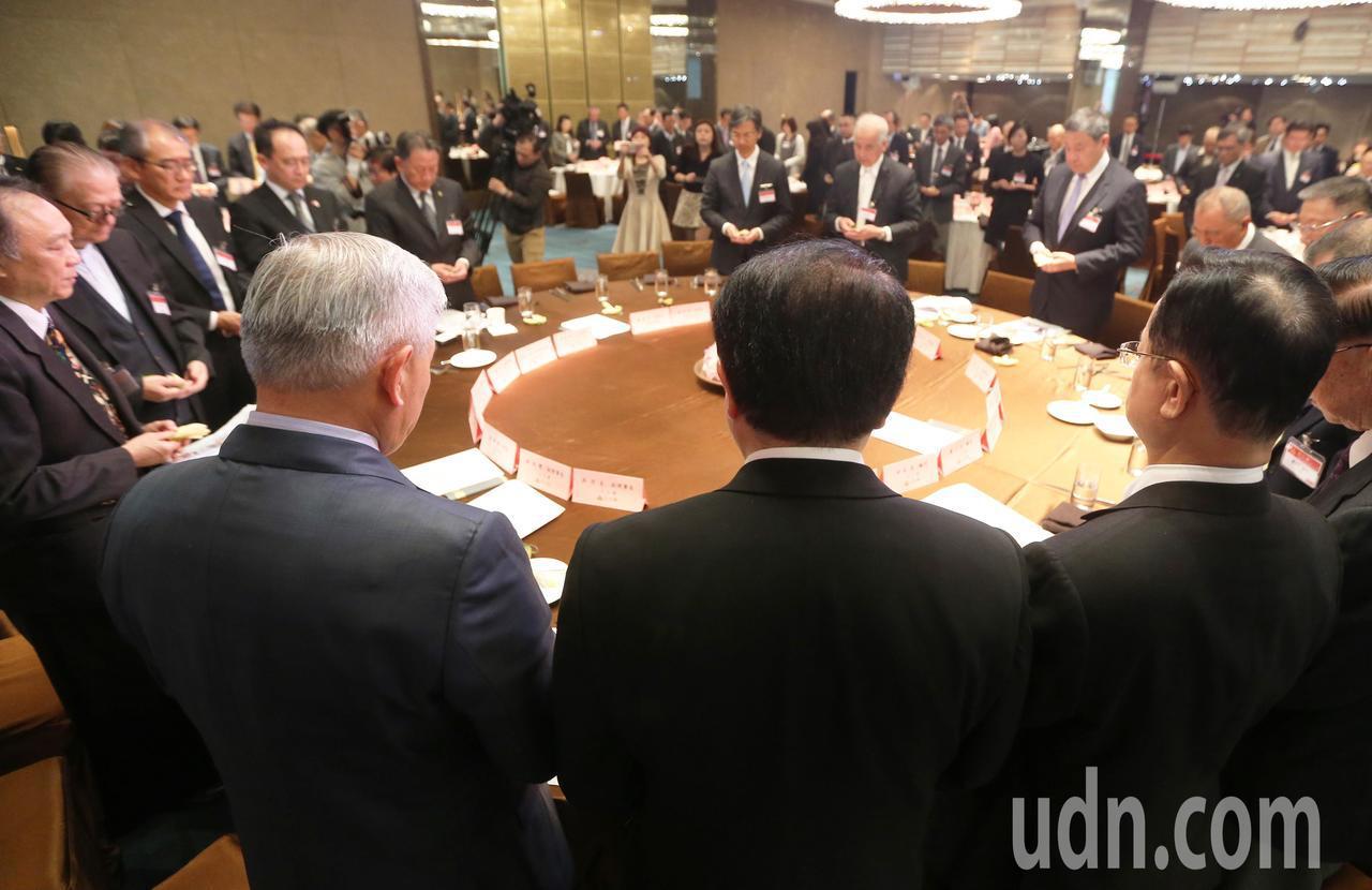 三三會今天舉行12月份例會,會中為前任理事長江丙坤默哀一分鐘。記者胡經周/攝影