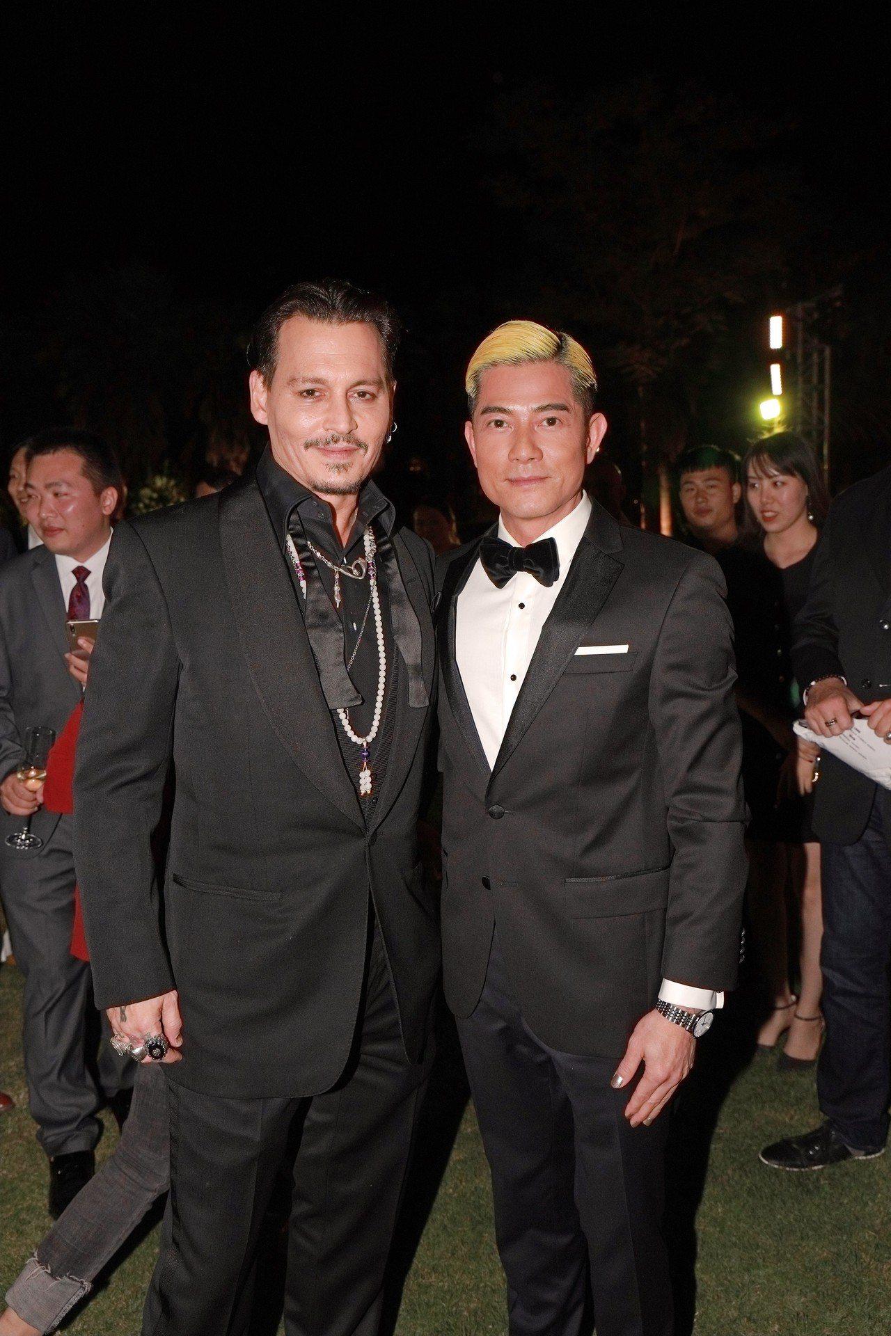 郭富城(右)見到自己的偶像強尼戴普,也變身成小影迷,心情激動。圖/Hugo Bo...