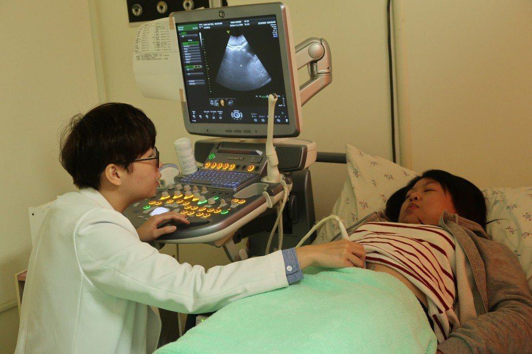 林小姐診斷出卵巢囊腫,開刀切除大大小小10顆肌瘤。記者徐如宜/攝影