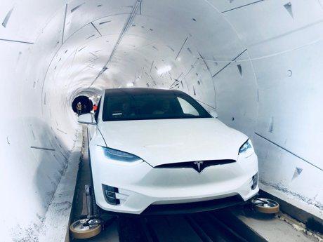 號稱塞車救星!馬斯克展示首段地底高速隧道