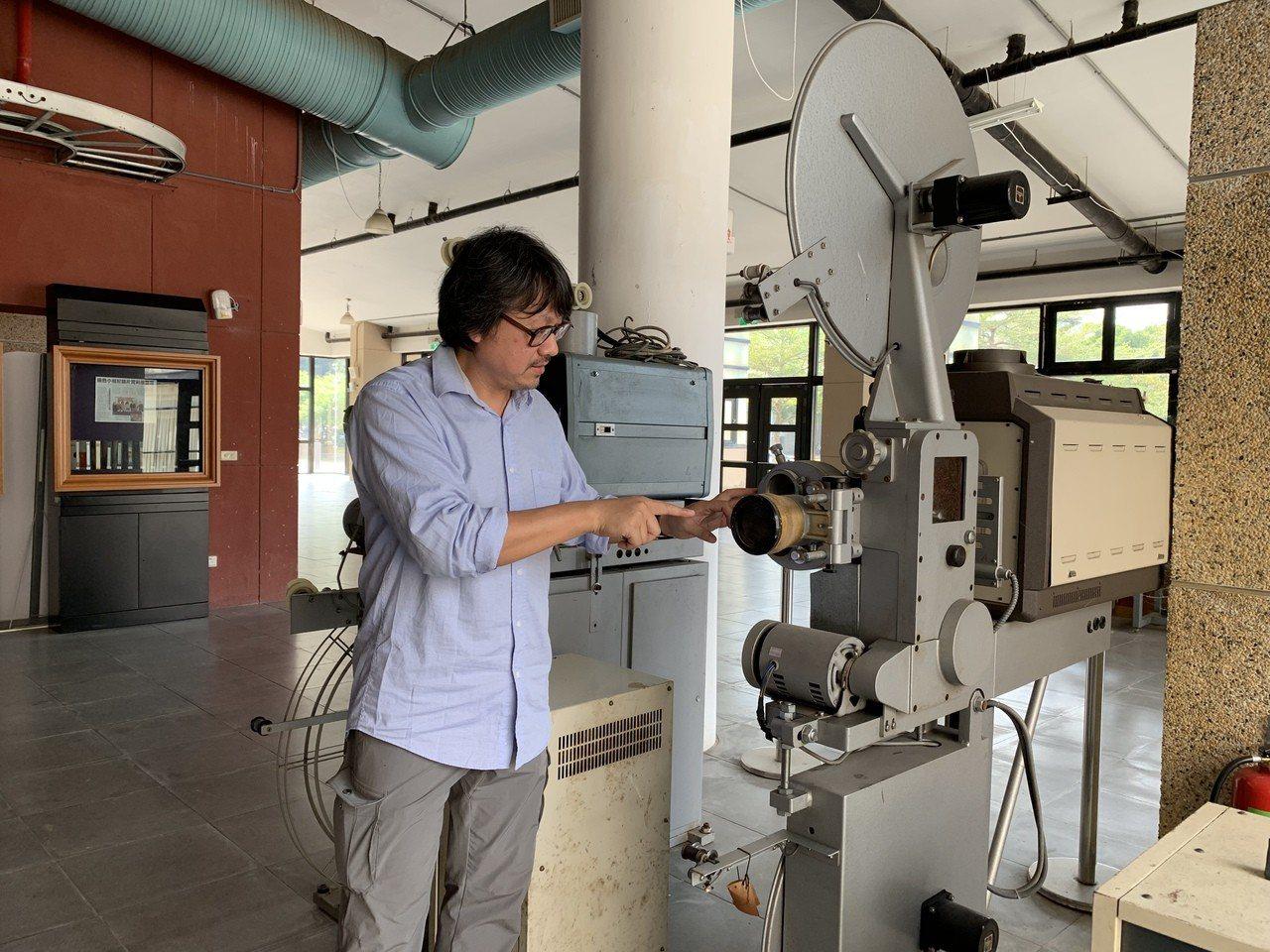 台南藝術大學保存被淘汰的早期影片播放機器。記者吳淑玲/攝影