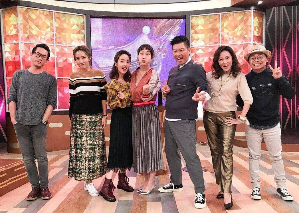 楊皓如(左二)錄衛視「一袋女王」。圖/衛視中文台提供