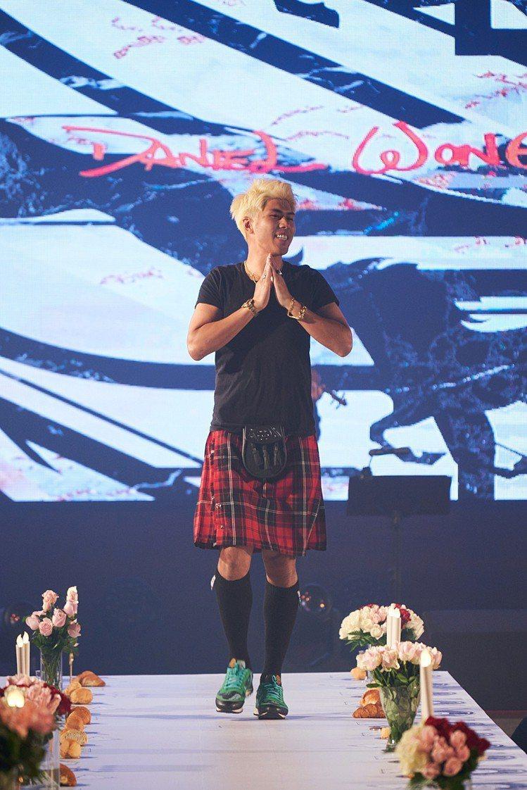 設計師Daniel Wong謝幕時以蘇格蘭裙現身。圖/Daniel Wong提供