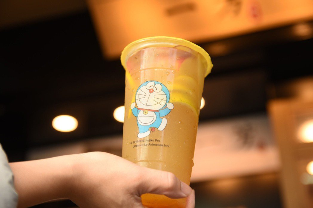擅長復刻經典飲品的「一芳水果茶」,在歲末年終之際,邀請到跨世代經典最強偶像「哆啦...