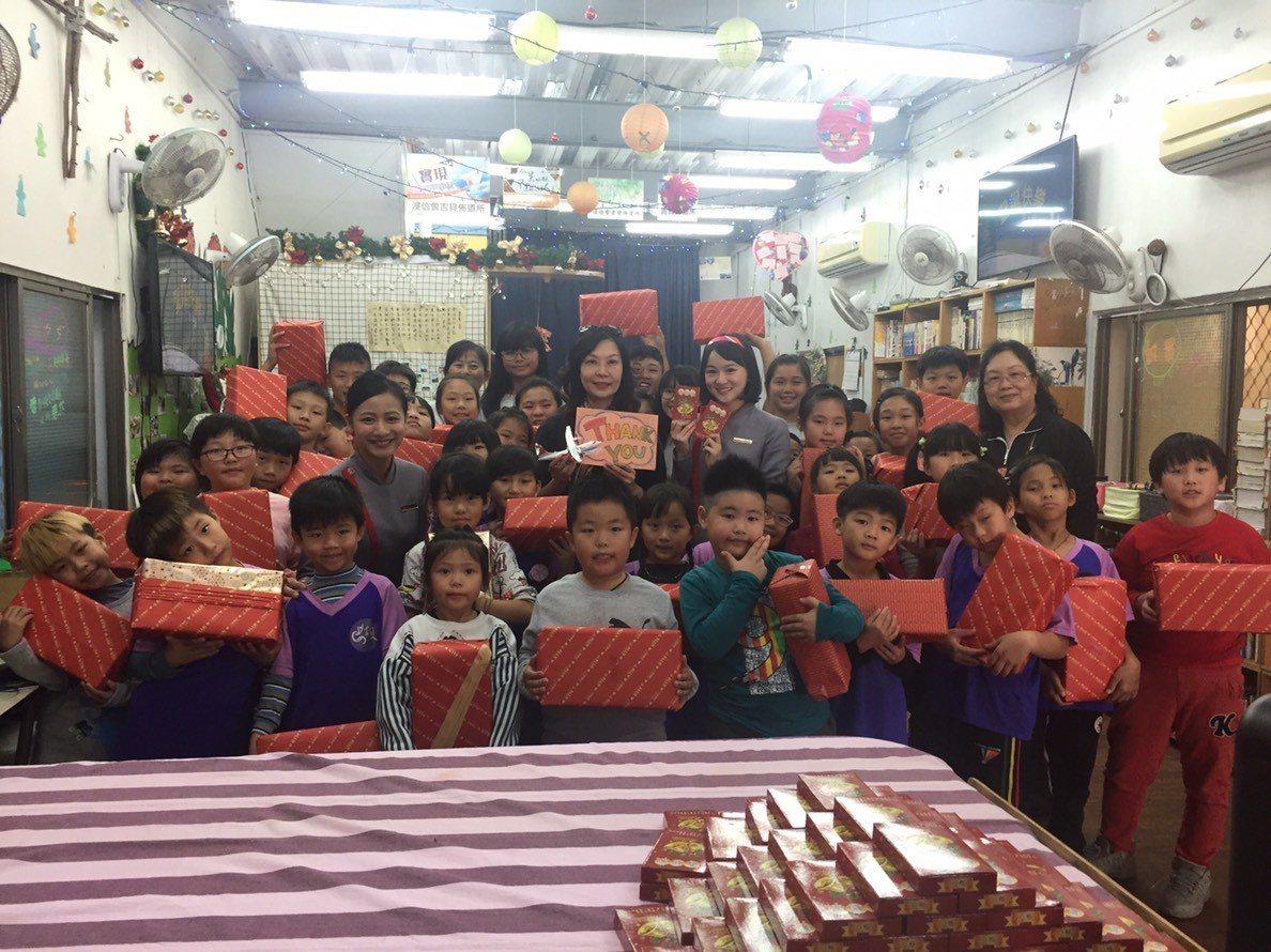 今年基督教救助協會共募到7900份聖誕鞋盒,讓平常鮮少收到禮物的弱勢家庭孩子們也...