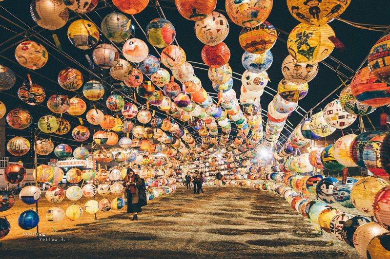 台南中西區普濟殿在花園夜市旁,將多年來所收集的燈籠,布置成燈籠海隧道。圖/阿春仔in台南提供