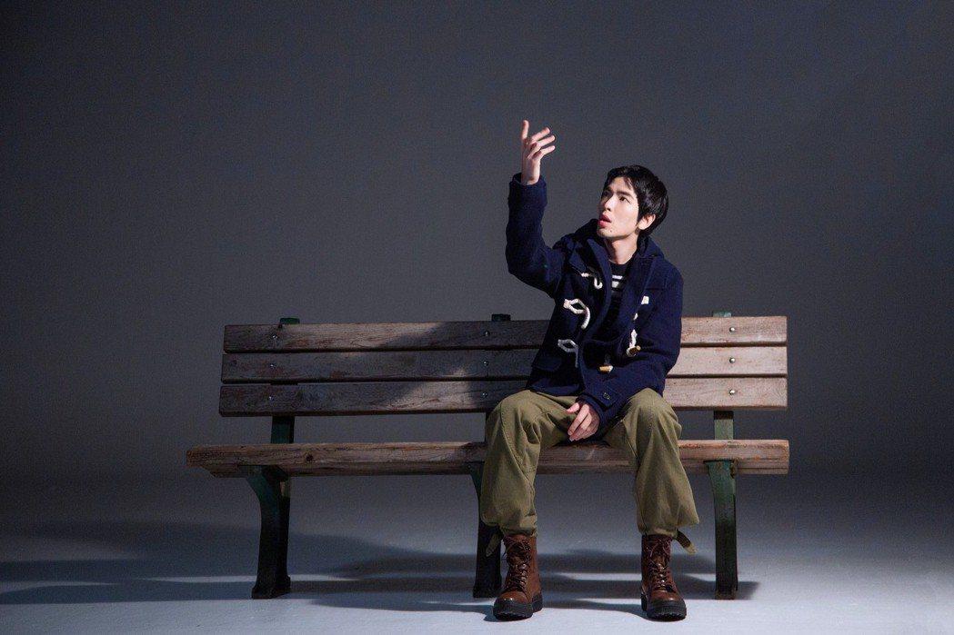 蕭敬騰新歌MV重現在金曲獎上大獲好評的「手影戲」。圖/華納提供
