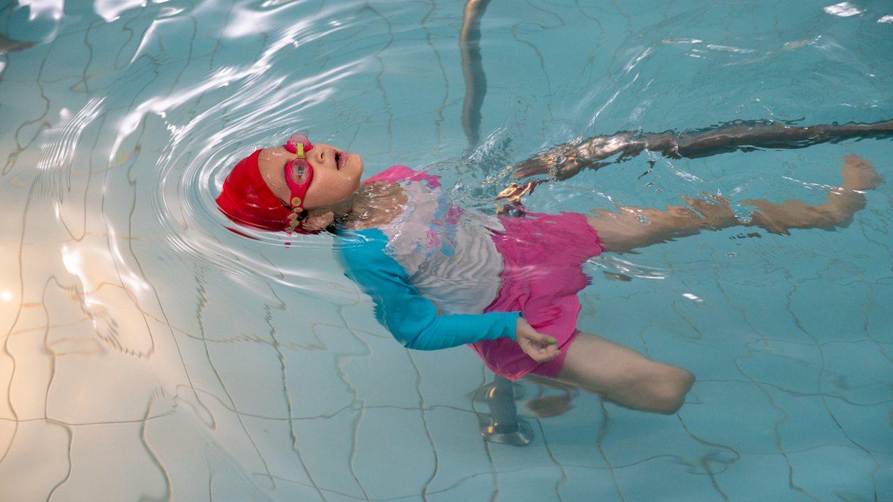 目前就讀國小一年級的詠晴,是一名玻璃娃娃,開始嘗試「水療」後,短短的半年裡,四肢...