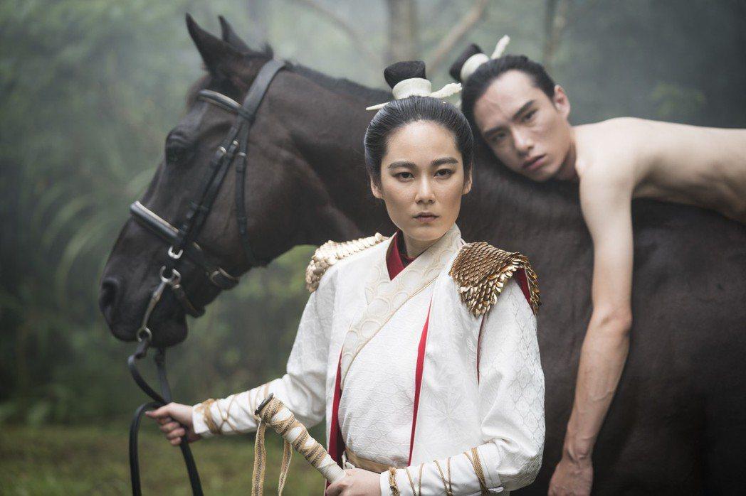黃栩薇(左)在「唐朝・綺麗男」女扮男裝。圖/蘇匯宇提供