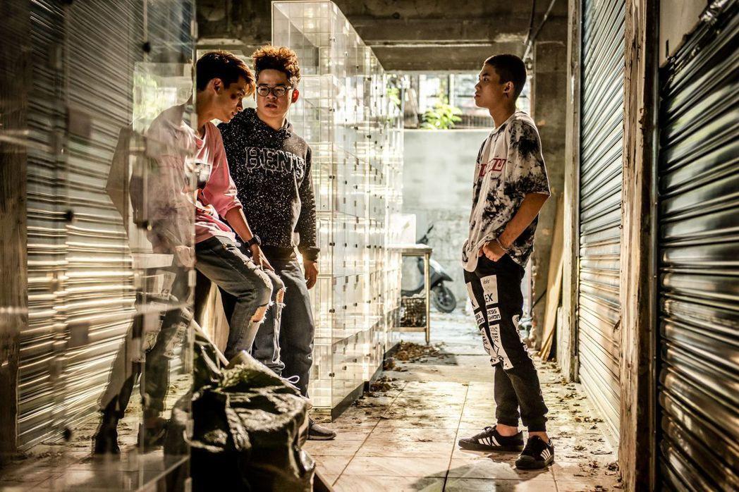 潘親御(右起)、王博豐、林暉閔飾演邊緣少年。圖/公視提供
