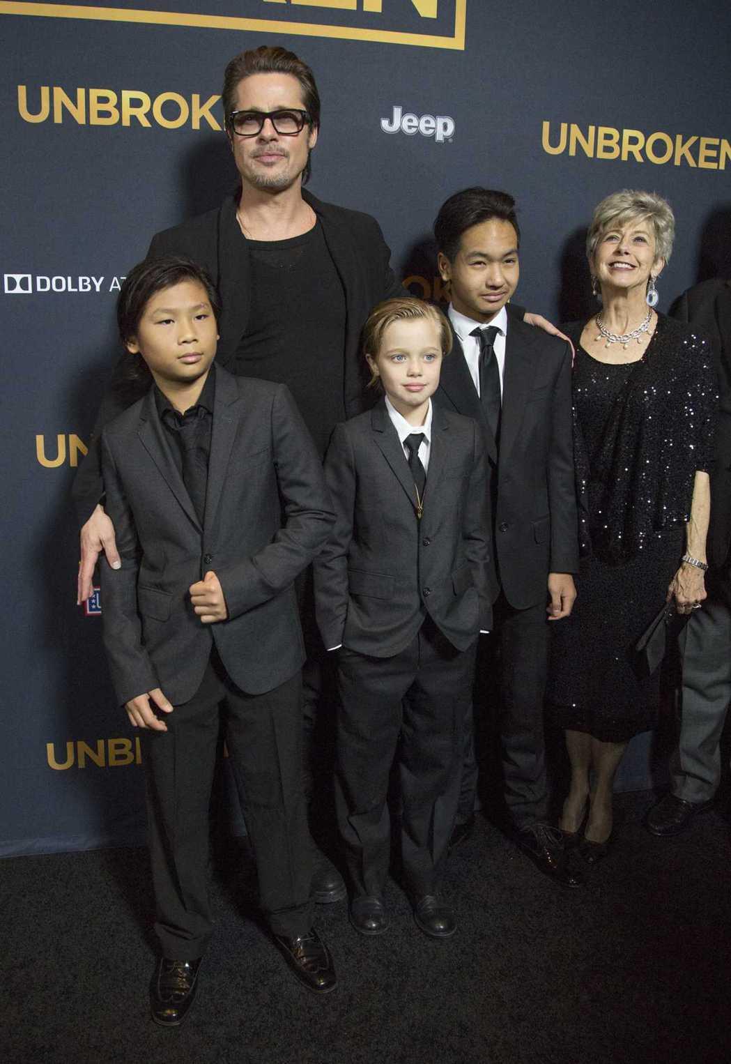 布萊德彼特曾帶著養子派克斯(前左起)、女兒喜蘿、大養子麥杜斯與母親一起首映會。圖...