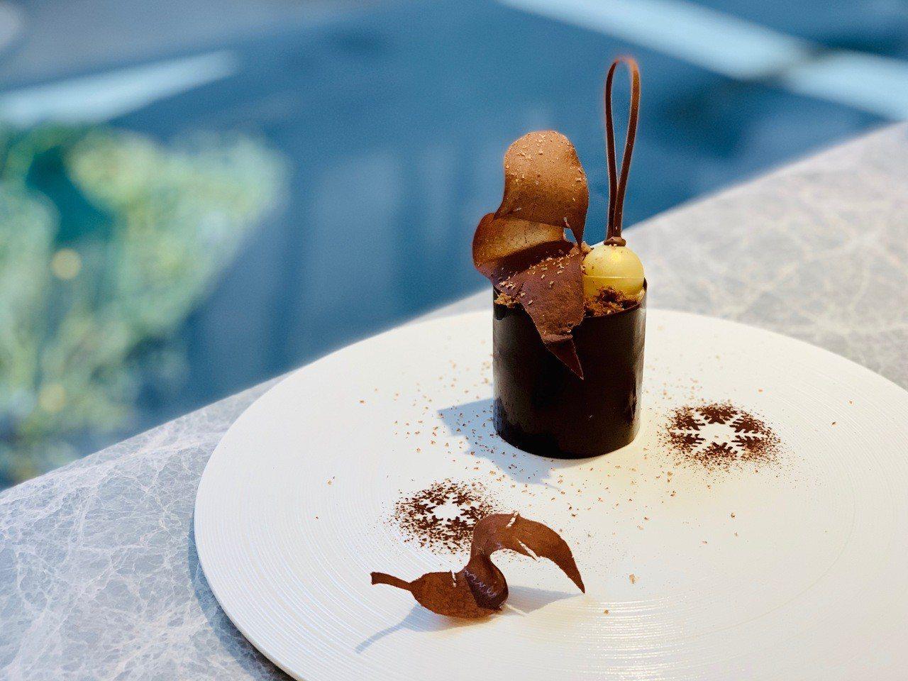 12月主廚創作款「金色聖誕酒漬櫻桃巧克力蛋糕」,售價330元。記者張芳瑜/攝影