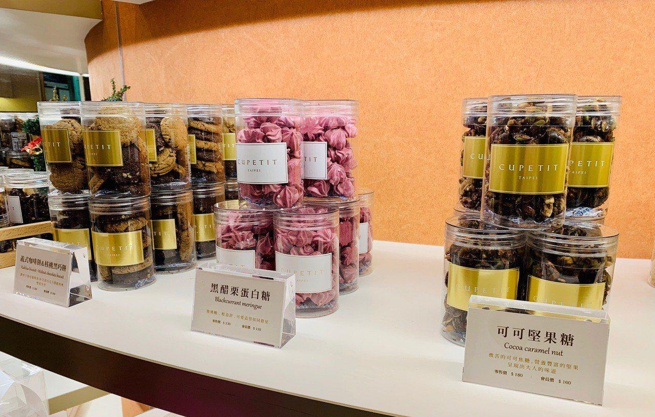 喜餅禮盒也是卡柏蒂熱門產品,本月起推出罐裝甜點零售,價格130元~180元。記者...