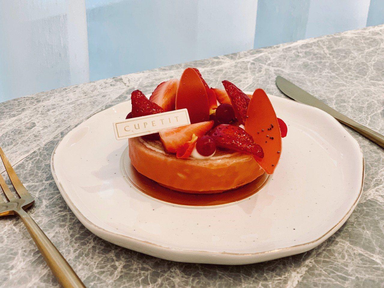 季節限定「草莓蛋糕」,售價220元。記者張芳瑜/攝影
