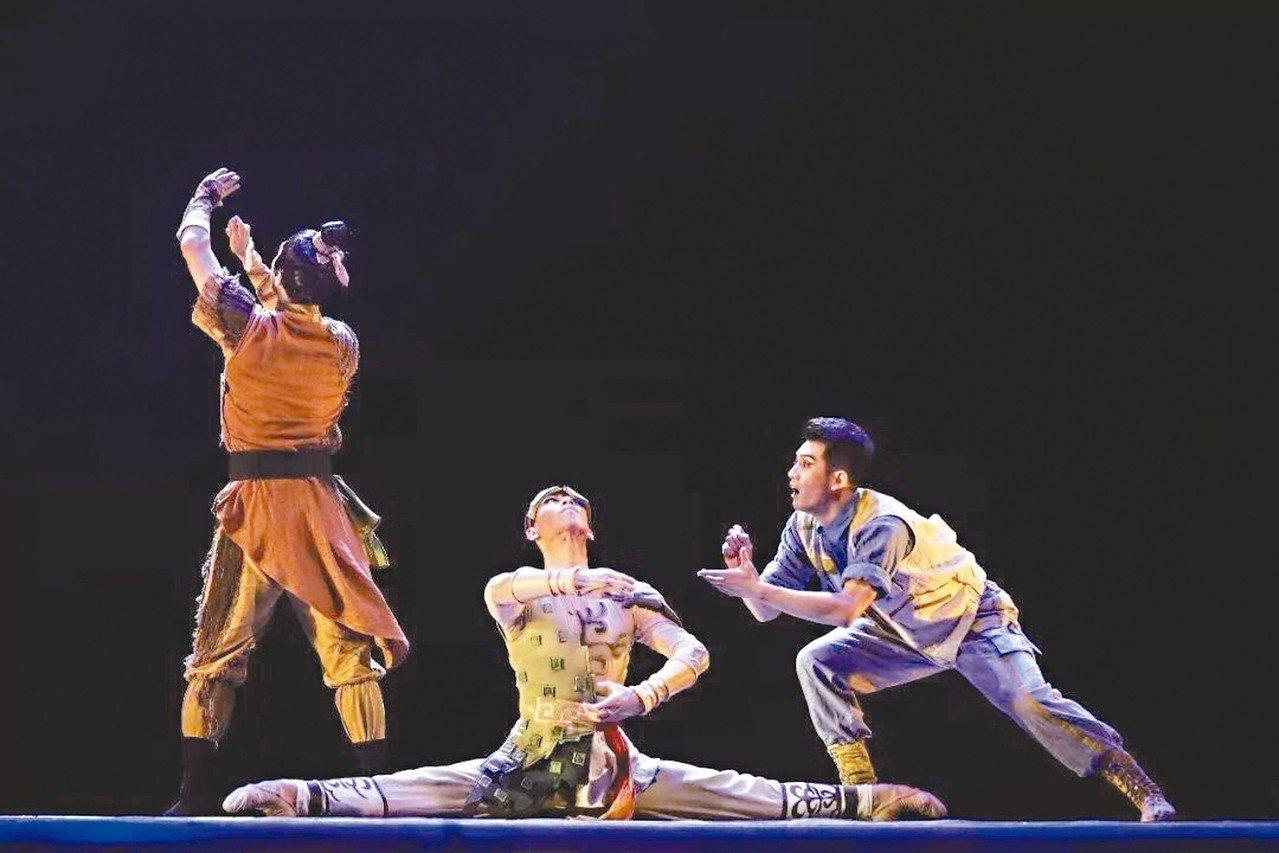 「夢回三星堆」三人舞,以「古蜀文化名城」德陽的代表三星堆為創作源泉。 圖/本報四...