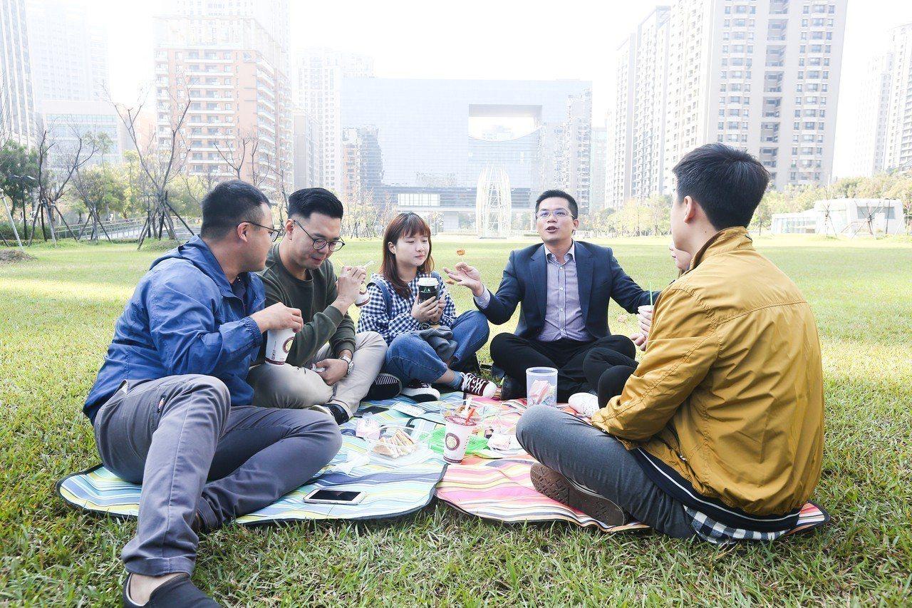 台中市準新聞局長吳皇昇(右二)表示,盧秀燕已拜會中華奧會主席,盡一切可能爭取恢復...