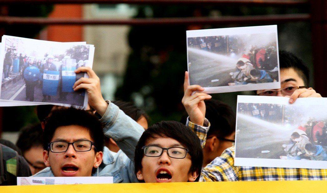 太陽花運動時期,台灣大學新聞社、大陸社、女性研究社、台大學生會等團體手持警方驅離...