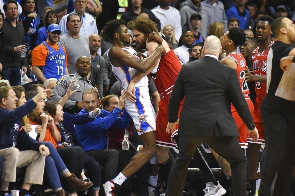 奧克拉荷馬雷霆與芝加哥公牛在日前交手時爆發激烈的推擠事件,NBA官方在今天做出懲...