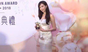 林志玲昨晚在香港出席「2018愛心獎頒獎典禮」,她身穿白色露肩長版合身禮服,身材和感情都受到關注,由於她前幾天在微博自嘲「太原吃到太圓啦」,衣服看上去相當緊繃,讓人懷疑是不是真的吃太多啦。至於每回被...