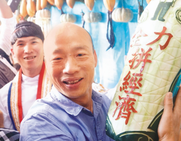 高雄準市長韓國瑜強調「九二共識」,聲稱「貨要出得去,人要進得來,高雄發大財」。 ...