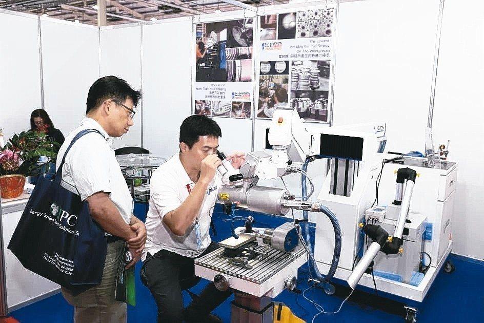 Vision Taiwan CEO廖家裕(右)實際操作機台給客戶觀看。 黃奇鐘/...