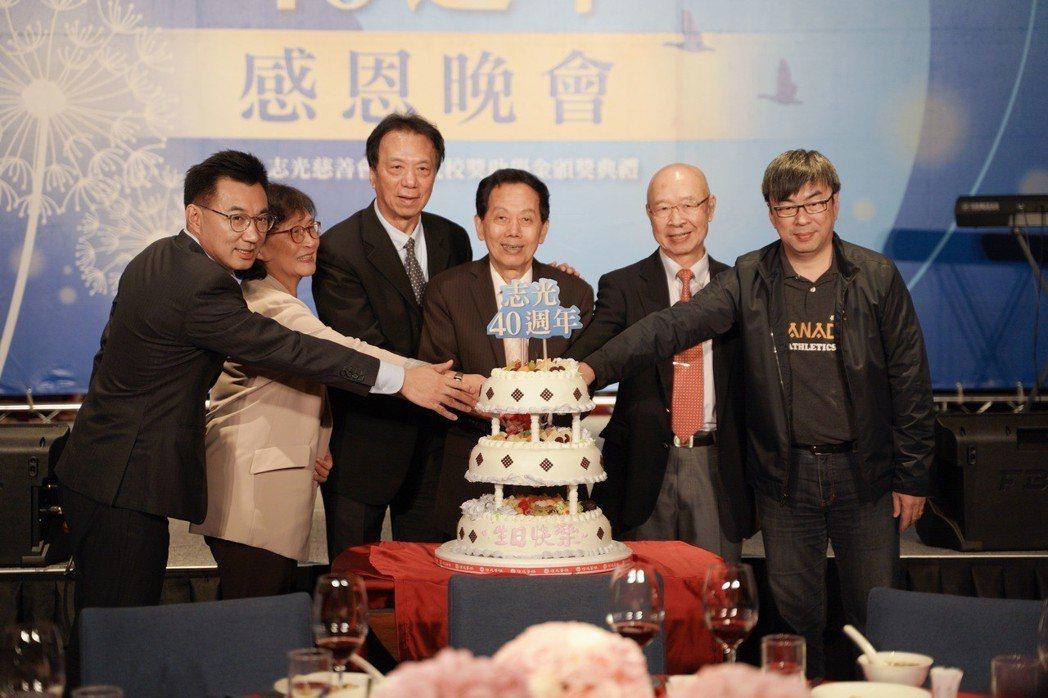 志光集團總裁林進榮(右三)。 圖/志光提供