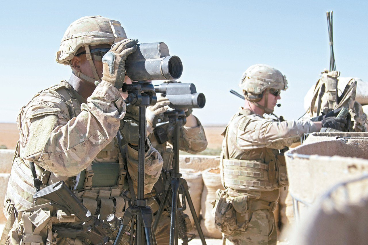 美國準備從敘利亞撤軍,將改變中東局勢。圖為美軍在敘利亞巡邏時偵察附近動態。 路透
