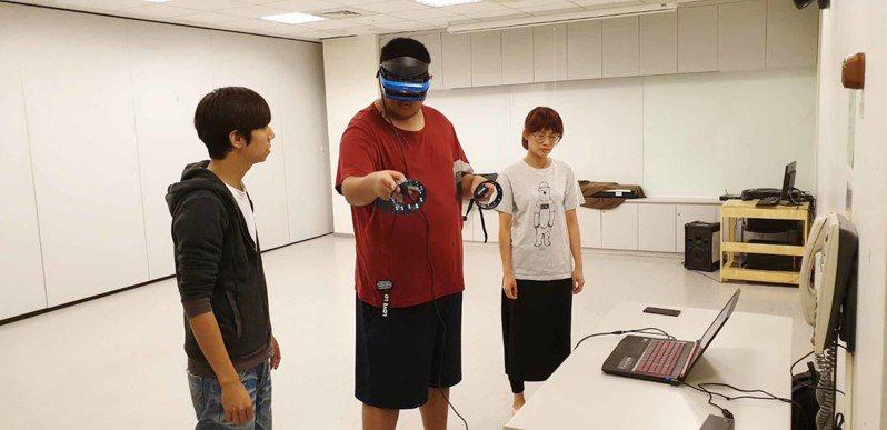 為幫助身心障礙者提升就業技能,國立台灣師範大學團隊開發兩款符合身心障礙者使用的虛擬實境(VR)技能訓練系統,讓身障者可以在安全環境下進行蔬果切菜備料和汽車美容等訓練。中央社(台師大提供)