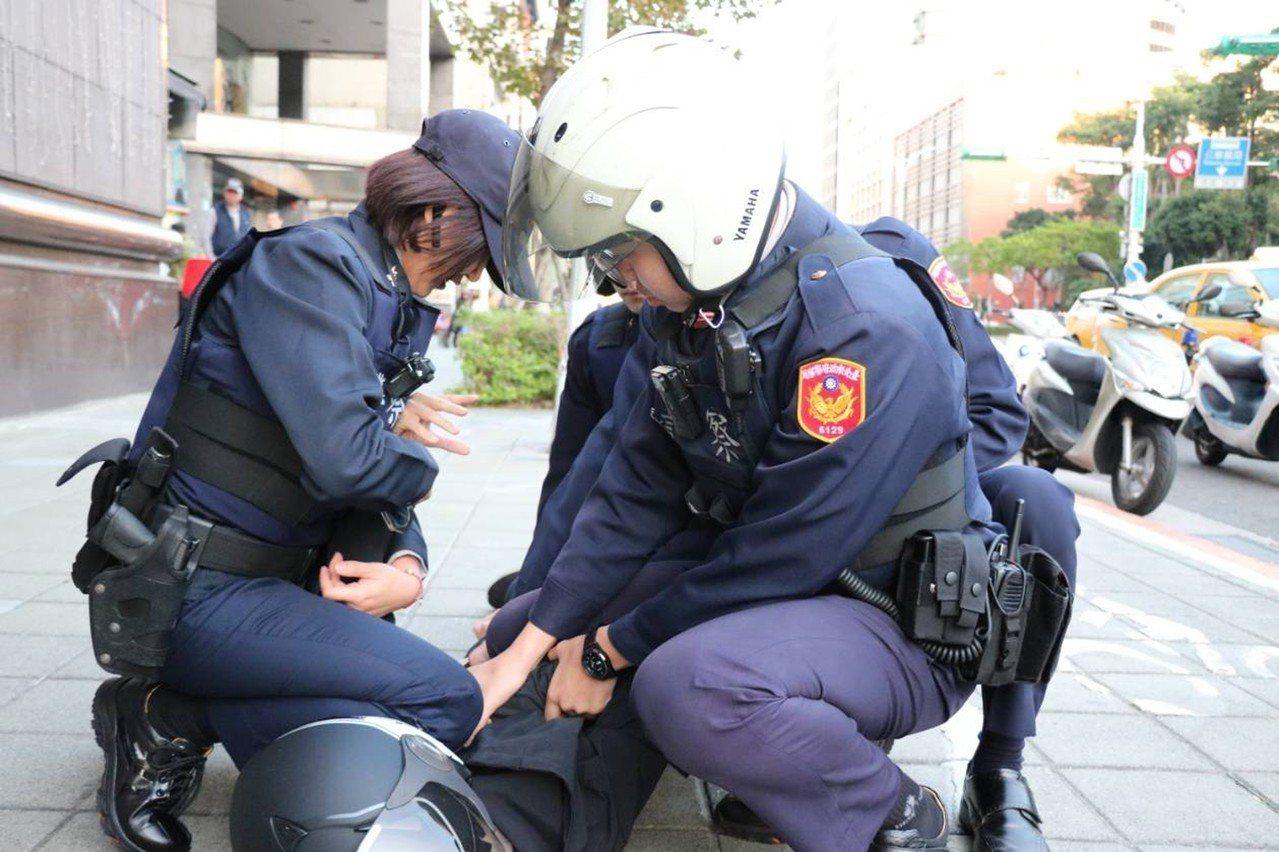 年關將近,台北市警察局與銀行業者聯合舉行防搶演練,假想搶匪行搶後逃逸,遭警方攔截...