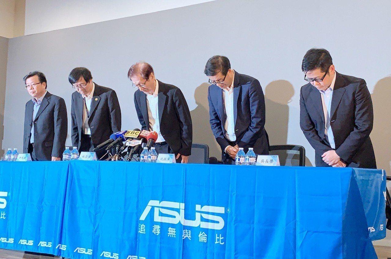 電腦品牌廠華碩13日舉行重大訊息記者會,華碩董事長施崇棠(右3)表示,華碩近兩年...