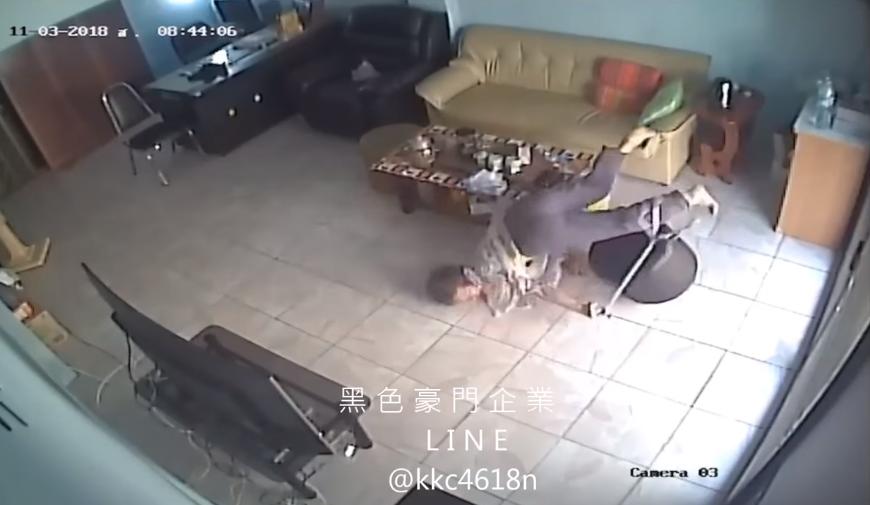 曾有一名阿嬤在家站不穩向前摔倒,摔的頭破血流。圖取自黑色豪門企業臉書