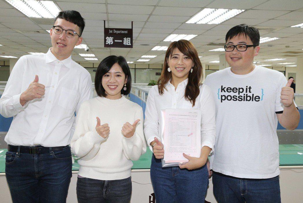 圖為台北市觀傳局長陳思宇(右二)在眾人陪同下登記參選立委補選。記者許正宏/攝影