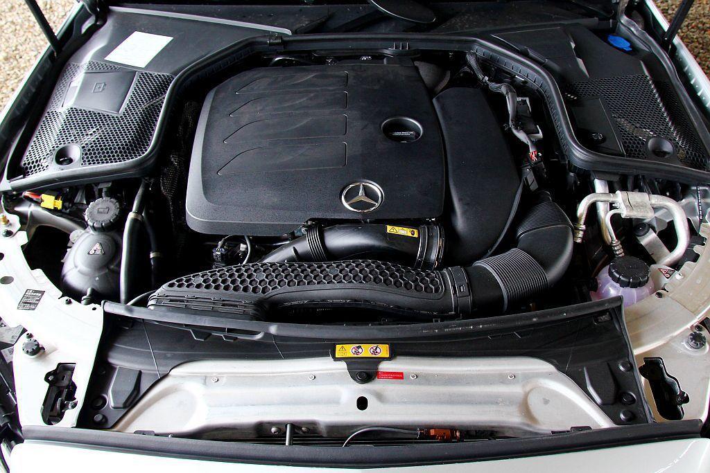 賓士C 200搭載1.5L直列四缸渦輪增壓引擎,擁有184hp馬力、28.5kgm峰值扭力輸出外,BSG系統還可額外提供14hp、16.3kgm動力輔助。 記者張振群/攝影