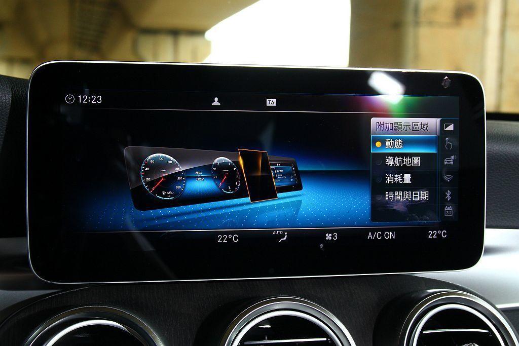 順應賓士新世代車款的超大中控螢幕設計,這輛賓士C 200試駕車也能進階選配10....