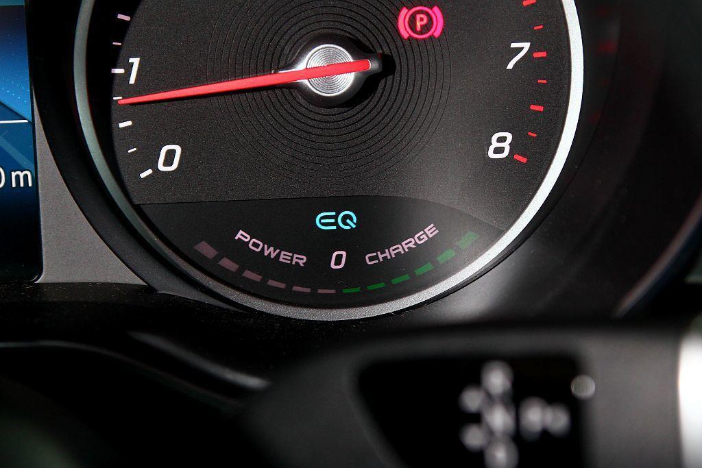 從儀錶板右側下方的EQ狀態顯示窗,能清楚看到車輛在起步加速、剎車滑行時BSG系統的作動狀態。 記者張振群/攝影