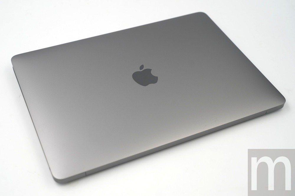 此次取得版本為太空灰配色,其他還包含銀色與金色設計