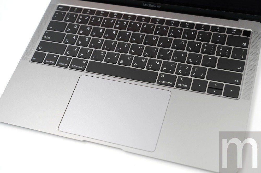 換上第三代蝶式鍵盤與更大面積的觸控板[